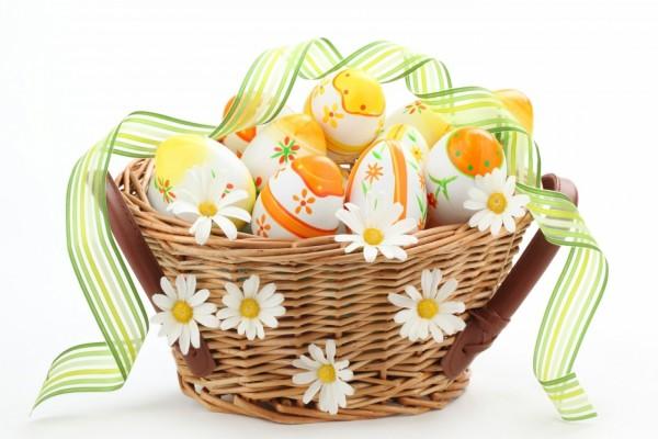 Cesta con huevos de Pascua