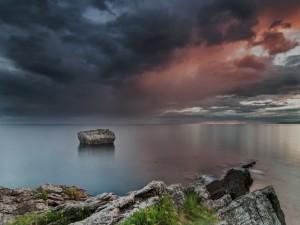 Gran piedra en el mar
