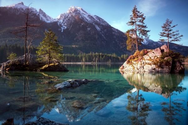 Montañas, lago y árboles