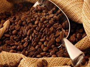 Postal: Granos de café en una cuchara