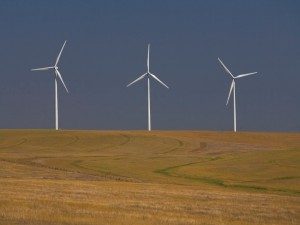 Tres molinos eólicos en el campo