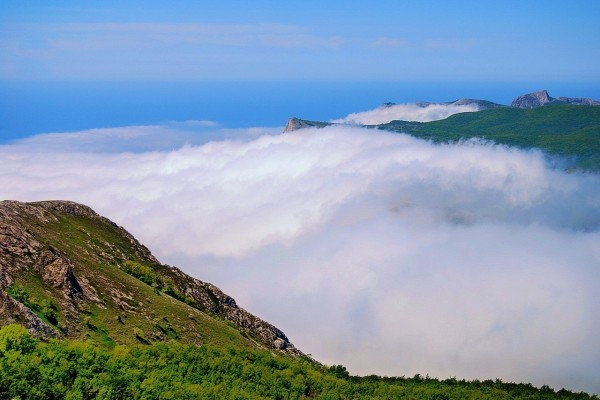 Nubes entre montañas