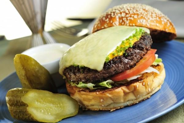Queso fundido sobre la hamburguesa