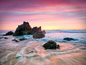 Postal: Rocas en el mar próximas a la playa