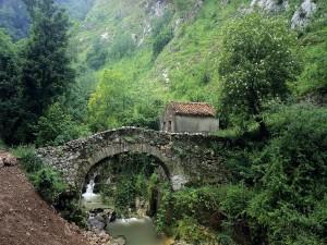 Postal: El puente y la casa de piedra