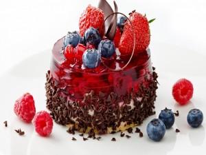 Exquisita torta con jalea, arándanos, bayas y chocolate