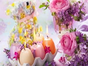 Velas encendidas y flores de diversos colores