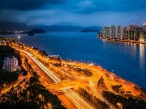 Carretera en Hong Kong con las luces encendidas