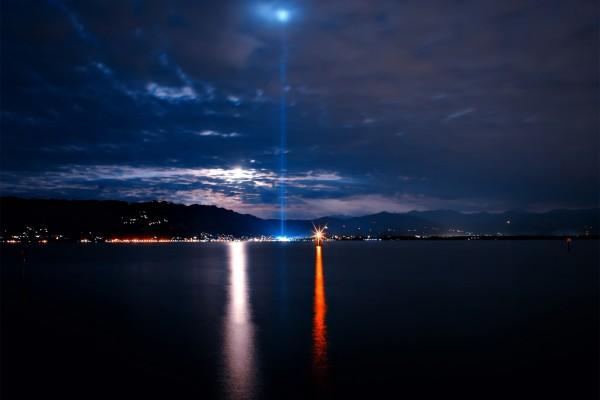 Focos de luz en la noche