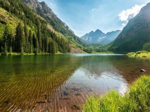 Postal: Un lago de agua transparente en las montañas