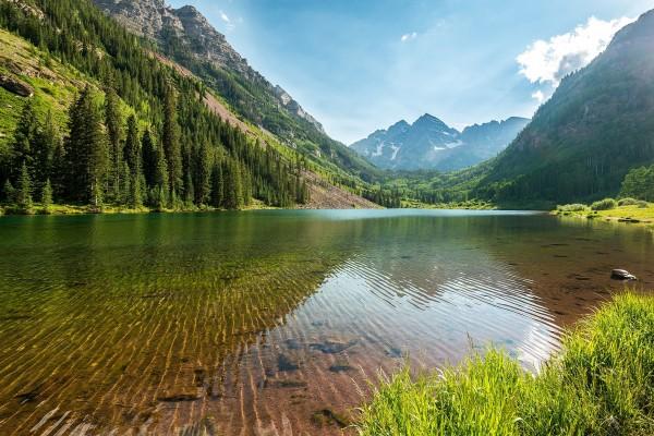 Un lago de agua transparente en las montañas