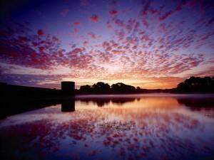 Postal: Nubes en el cielo, reflejadas en el agua