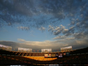 La luz del sol en las gradas del estadio