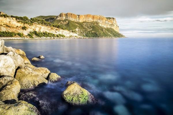 Gran acantilado en el mar