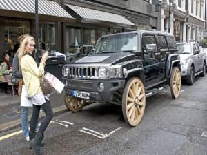Postal: Hummer con ruedas de madera