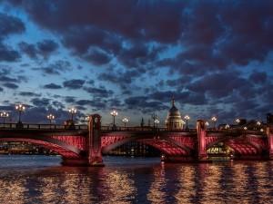 Vista nocturna de un puente en Londres