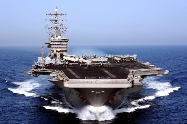 Un gran portaaviones en el mar
