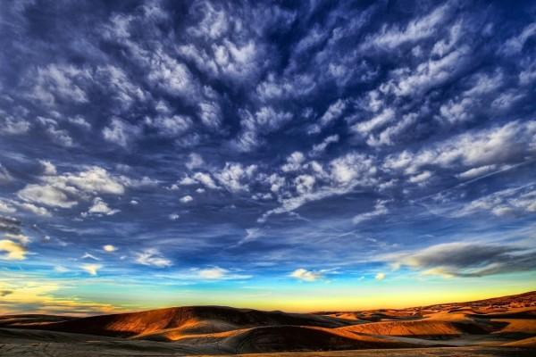 Bonito cielo sobre el desierto