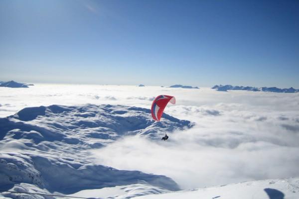 Salto en parapente en un mar de nubes