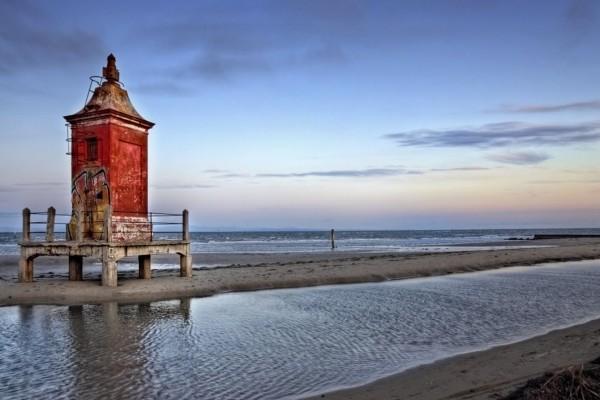 Un faro viejo a orillas del mar
