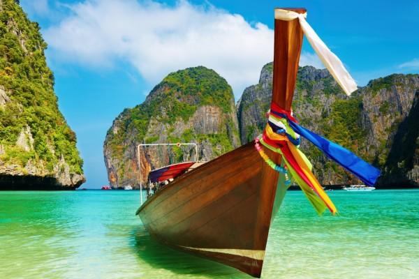 Barca de madera en un bello lugar