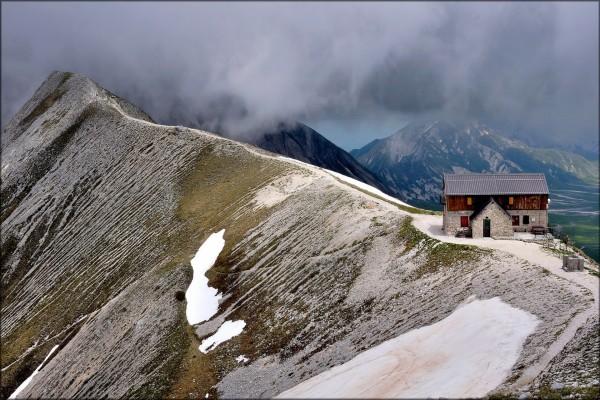 Refugio en el camino de la montaña