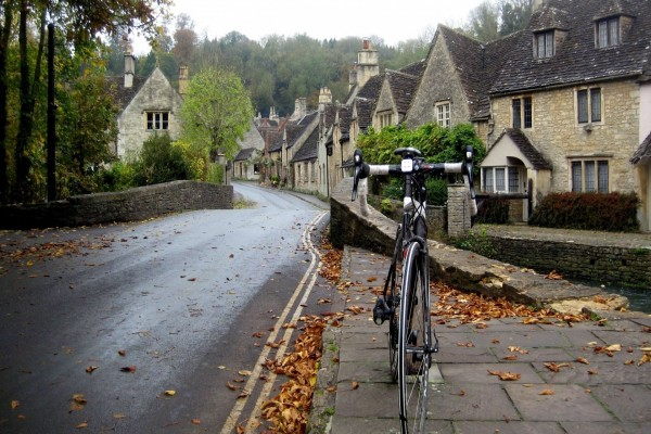 Bicicleta en una villa de Cotswolds (Inglaterra)