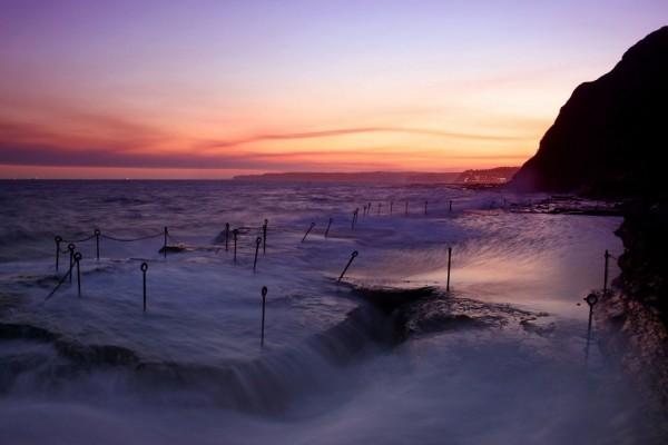 Observando el mar desde la costa al anochecer