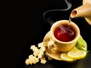 Té humeante y galletitas