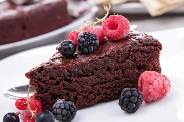 Bizcocho de chocolate con frutos rojos