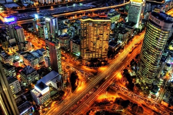 Cruce de carreteras en la ciudad