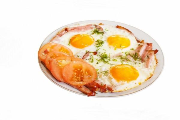 Huevos y rodajas de tomate