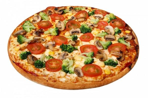 Pizza con brócoli y otros vegetales