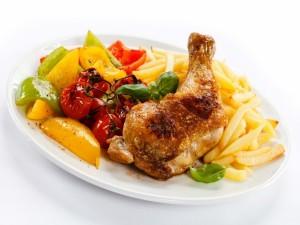 Pollo asado con pimientos y patatas