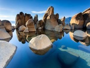 Grandes piedras en un agua transparente
