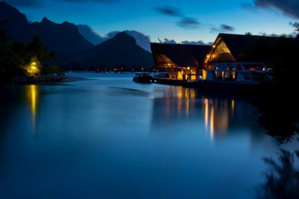 Casas con las luces encendidas junto al río