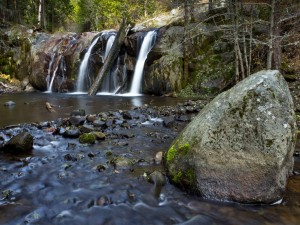 Gran piedra en el río