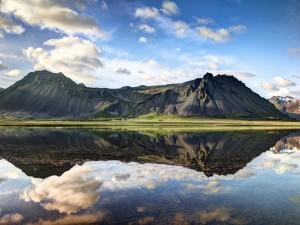 Montaña y cielo reflejados en el agua