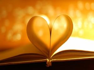 Las hojas de un libro formando un corazón