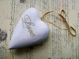 """Postal: Corazón con lazo dorado y la palabra """"Love"""""""
