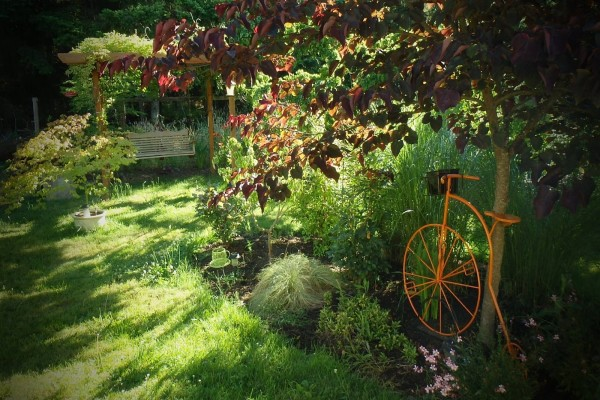Bicicleta decorando un jardín
