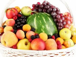 Postal: Frutas variadas en una cesta