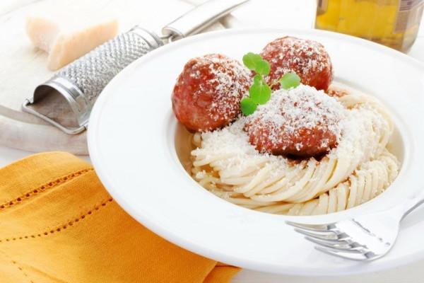 Espaguetis con albóndigas y parmesano