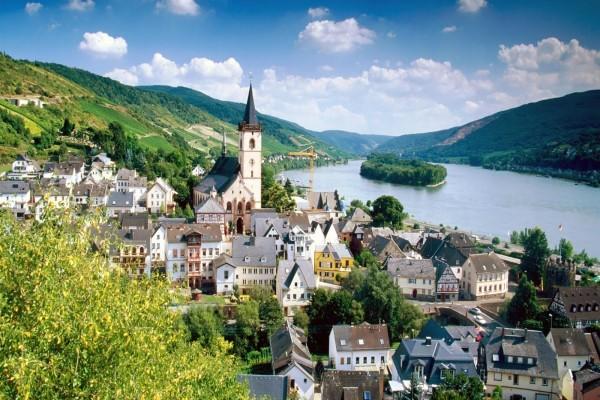 Vista de una población en Alemania junto al río
