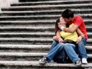 Jóvenes besándose el 13 de Abril, Día Internacional del Beso