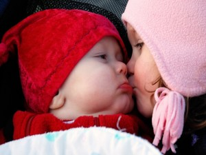 """Postal: Beso de hermanos """"Día Internacional del Beso"""""""