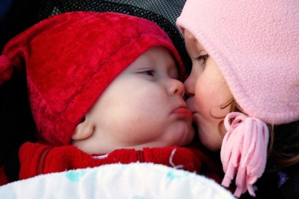 """Beso de hermanos """"Día Internacional del Beso"""""""