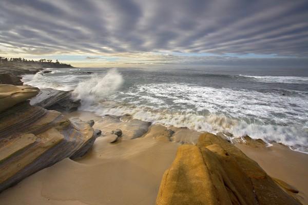 La ola rompe en la roca