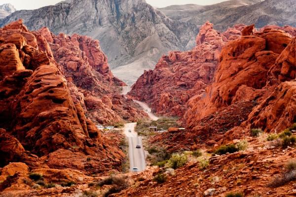 Carretera entre rocas rojas