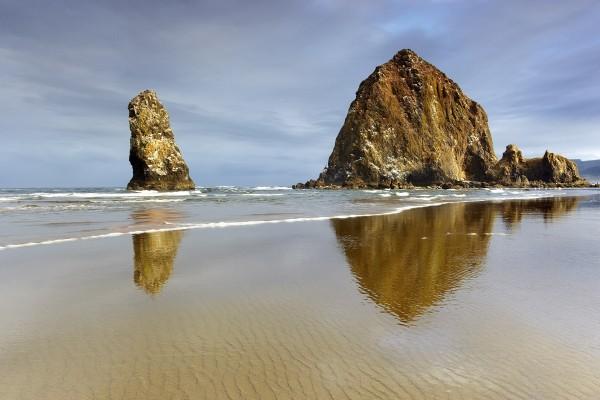 Dos grandes rocas en la playa